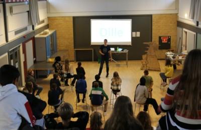 Jesper Sehested holder foredrag på Holbæk skole i ordblindeugen
