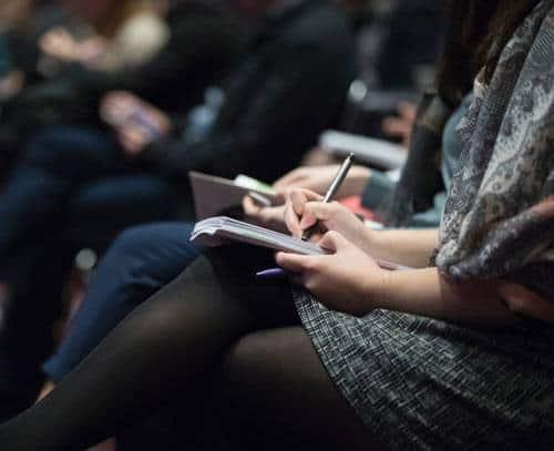 Studerende skriver noter