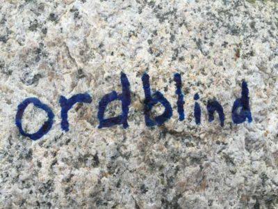 Ordblind skrevet i sten