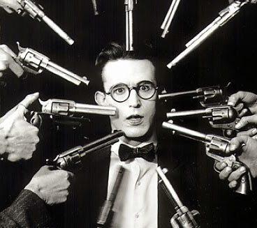 Mand med flere pistoler for hovedet